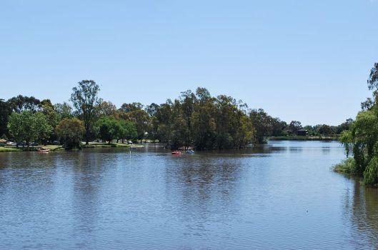 1024px-Lake_Benalla_001